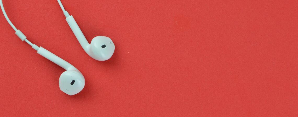 Kopfhörer auf rotem Hintergrund