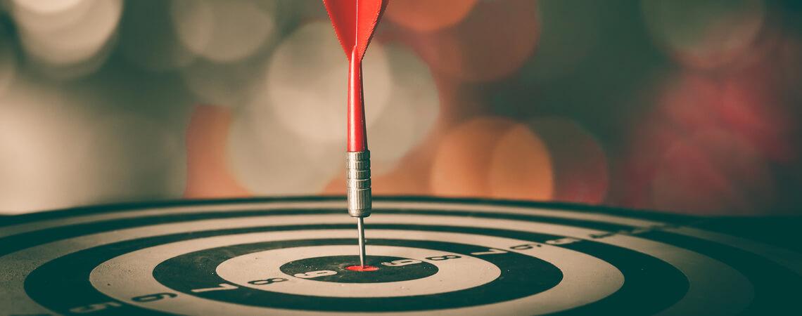 Dartpfeil im Bullseye