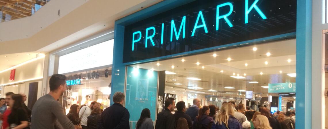 Viele Menschen vor Primark-Store