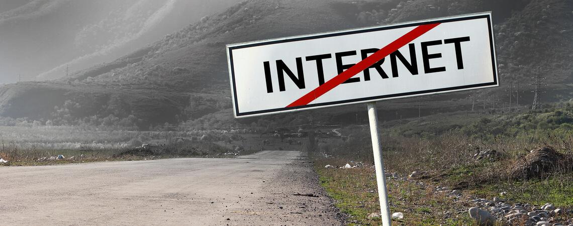 Straße mit durchgestrichenen Internet-Schild