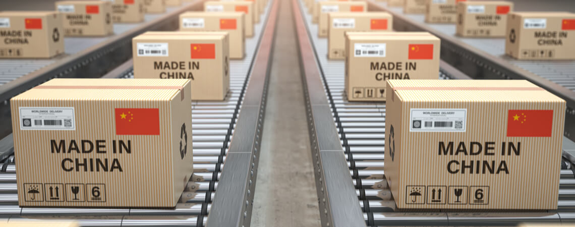 Pakete mit der Aufschrift Made in China auf einem Band.