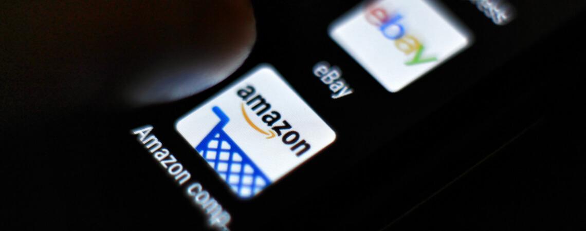 Amazon und Ebay als App-Icons auf einem Smartphone
