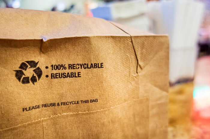 Recycling-Aufdruck auf Papiertüte