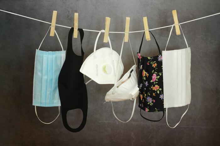 Verschiedene Masken auf Wäscheleine
