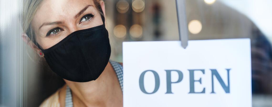 Frau öffnet Geschäft
