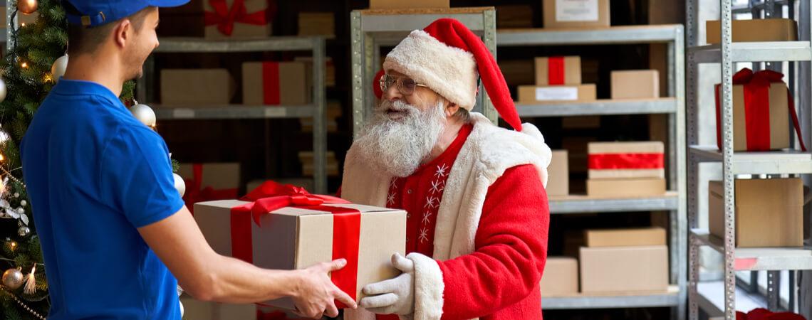 Weihnachtsmann übergibt Paket
