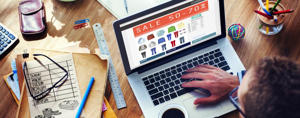 Online-Nutzer vor Laptop mit Shop-Seite