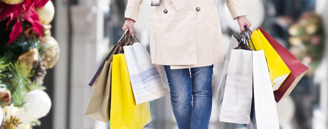 Frau mit vielen Einkaufsbeuteln