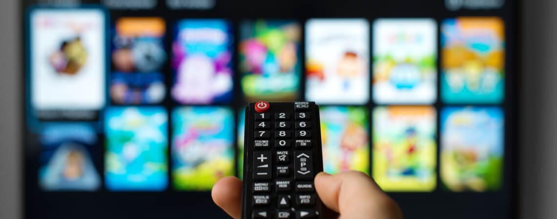 Fernbedienung vor Smart-TV