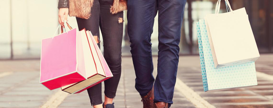 Paar beim Einkauf