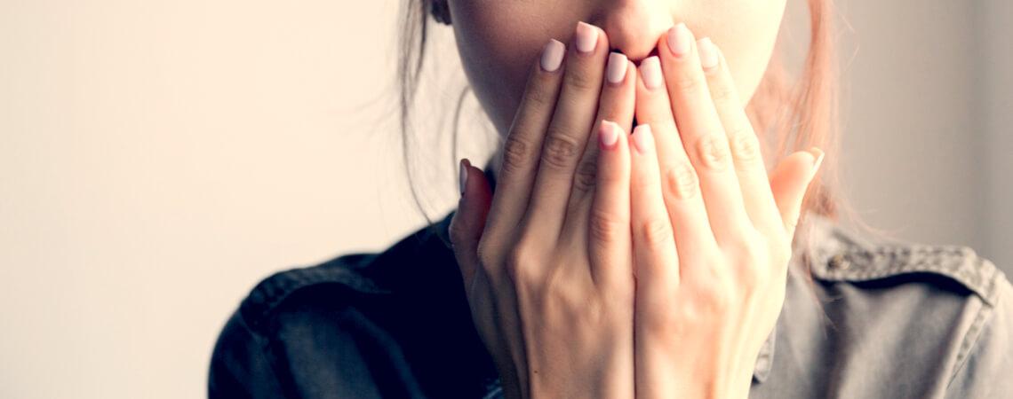 Stimme: Frau mit Händen vor dem Mund
