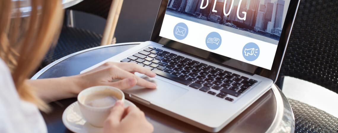 Frau liest Blog online auf Computerbildschirm