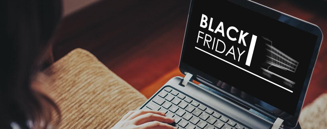 Frau kauft am Black Friday ein