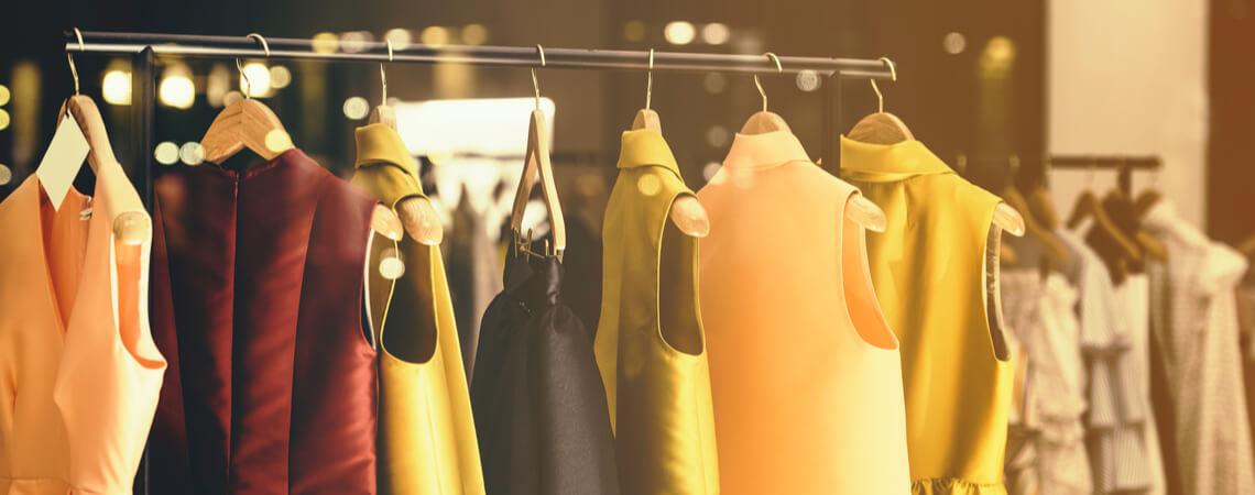 Moderne Frauenkleidung in einem Laden