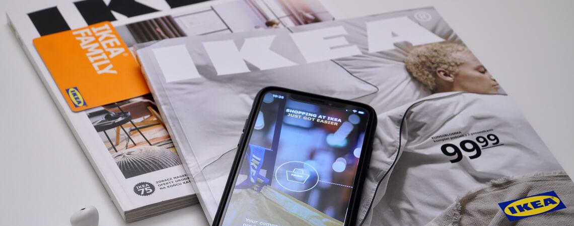 Ikea-Kataloge und Smartphone