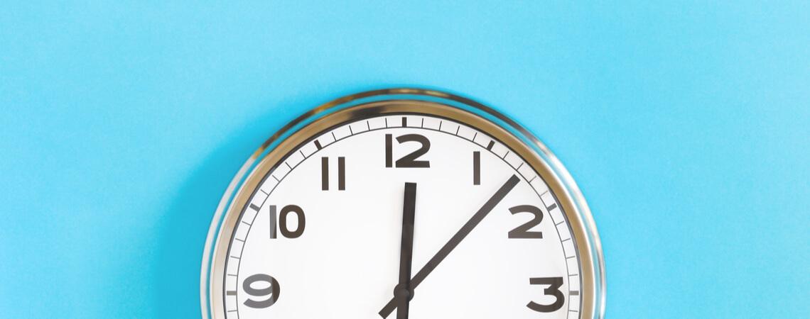 Uhr, die 5 nach 12 zeigt