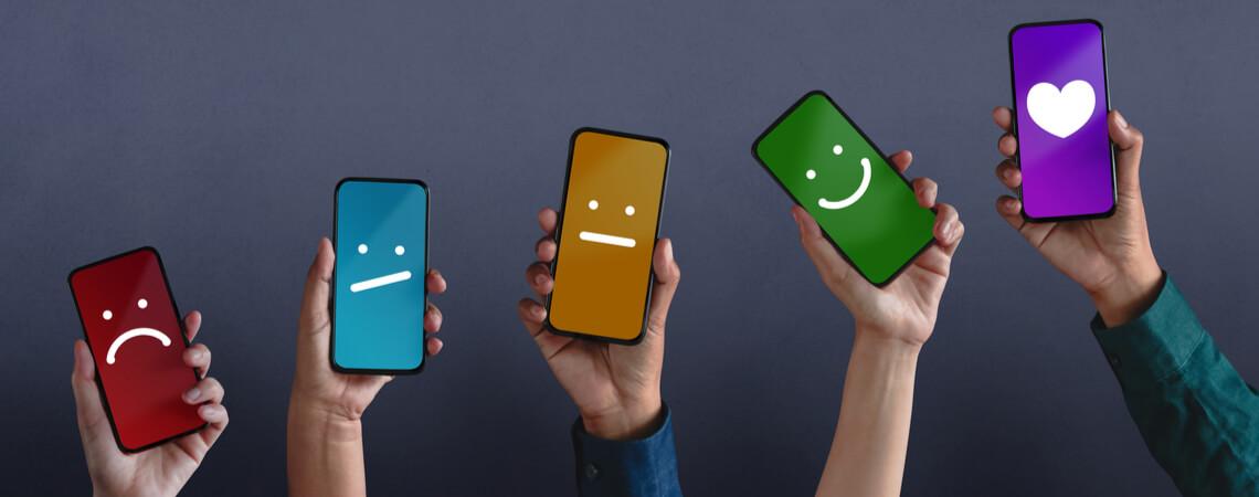 Smartphones mit unterschiedlichen Emotionen
