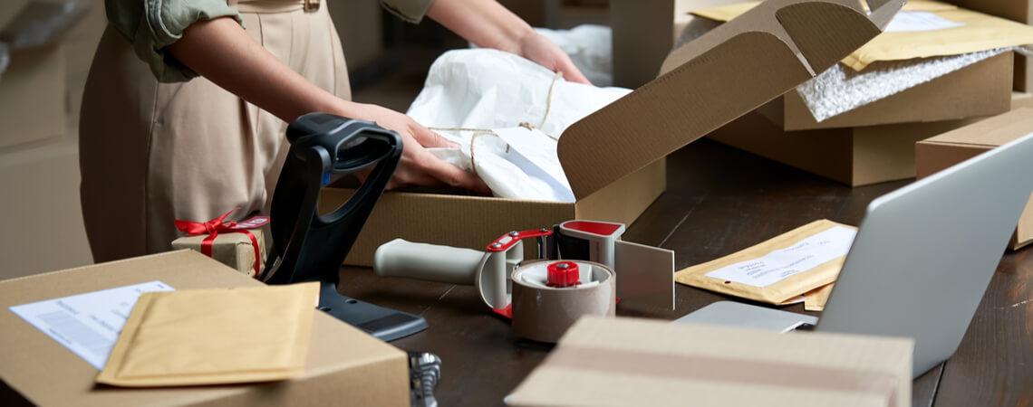 Pakete abwickeln im Lager
