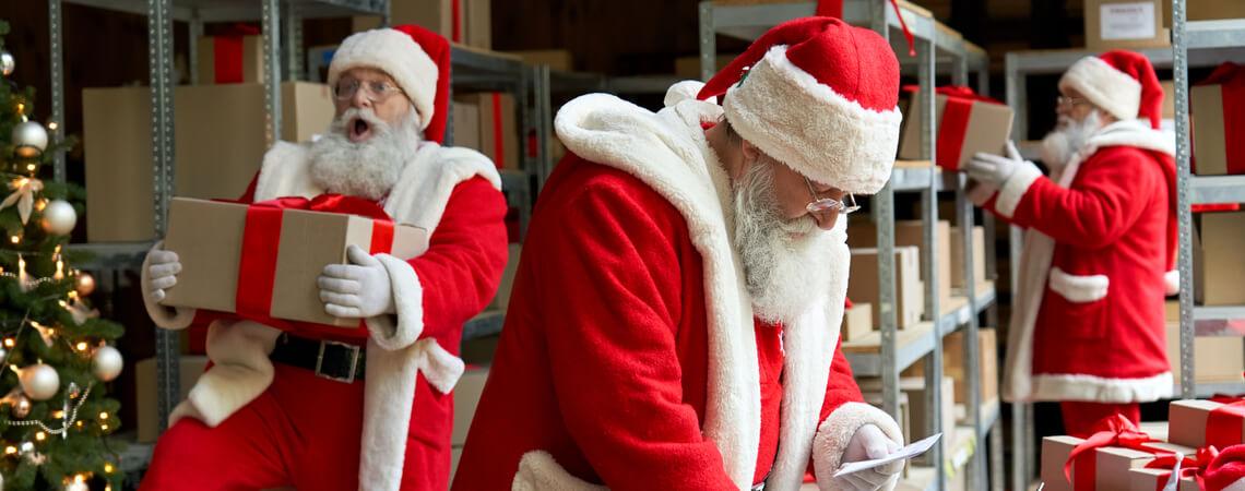 Viele geschäftige Weihnachtsmänner