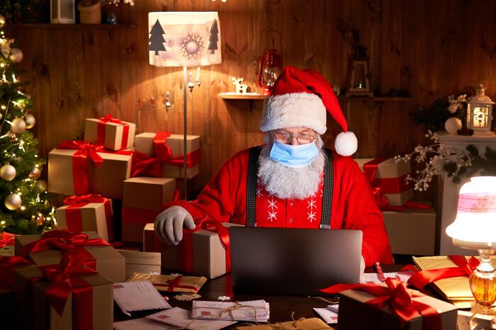Weihnachtsmann mit Laptop