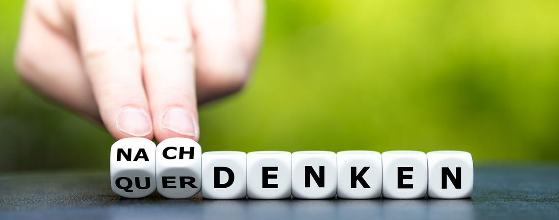 """Würfel aus den deutschen Wörtern """"nachdenken"""" und """"querdenken"""""""