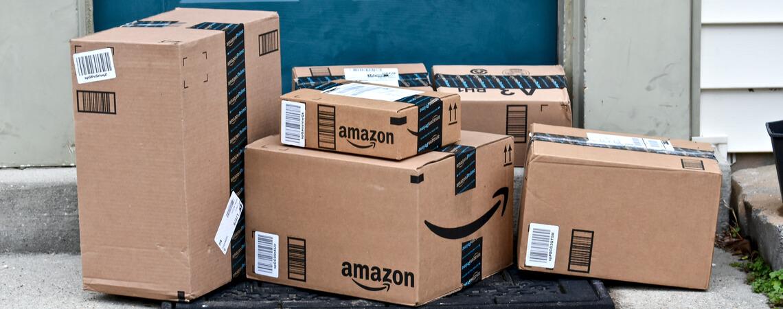 Amazon-Pakete vor einer Haustür