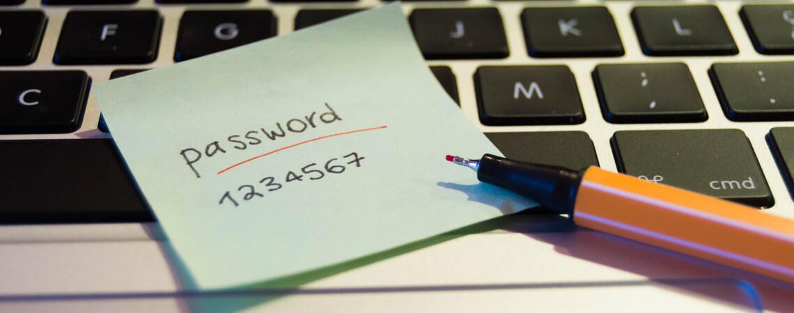 Zettel auf Tastatur mit Passwort