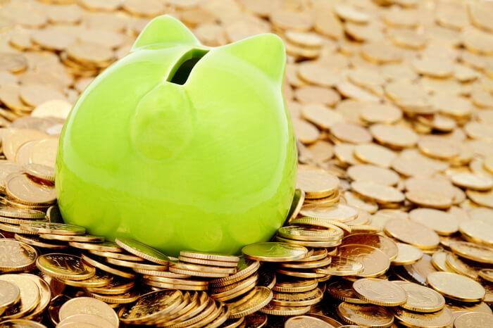 Sparschwein schwimmt in Geld