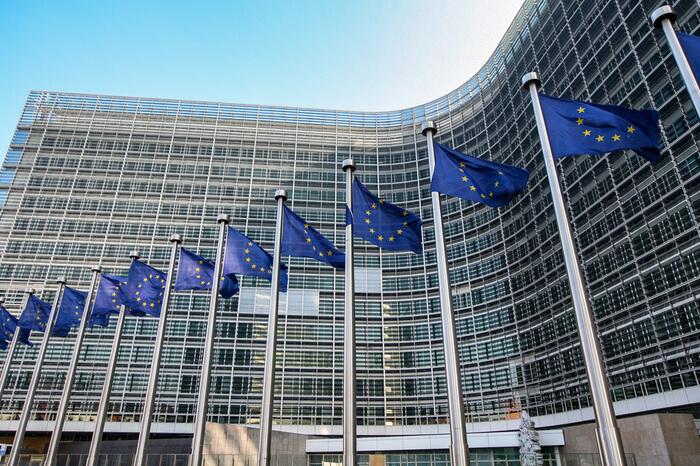 EU-Flaggen vor der Kommission