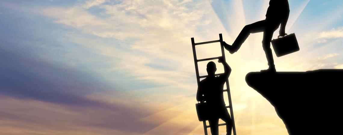 Geschäftsmann klettert Leiter hoch. Diese wird von einem anderen Geschäftsmann umgestoßen.