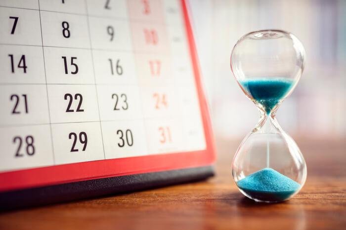 Sanduhr vor Kalender