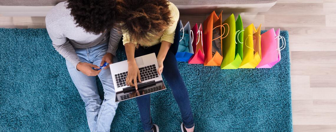 Paar kauft online ein