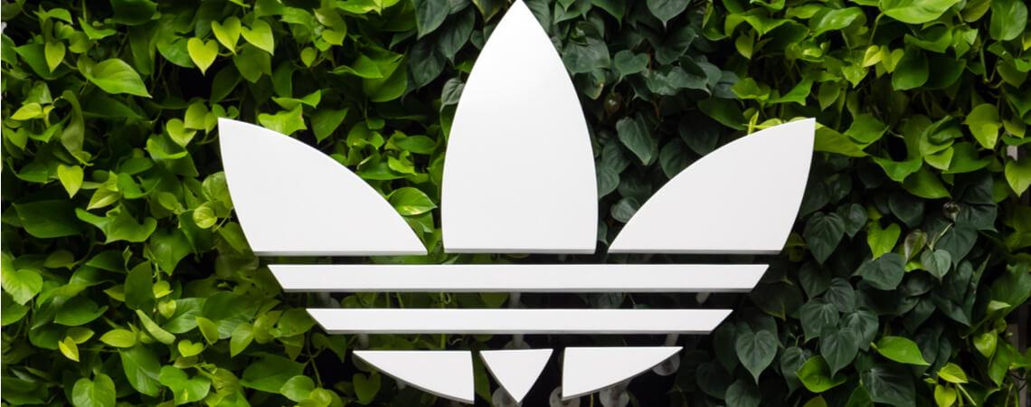 Adidas Logo auf grünem Hintergrund