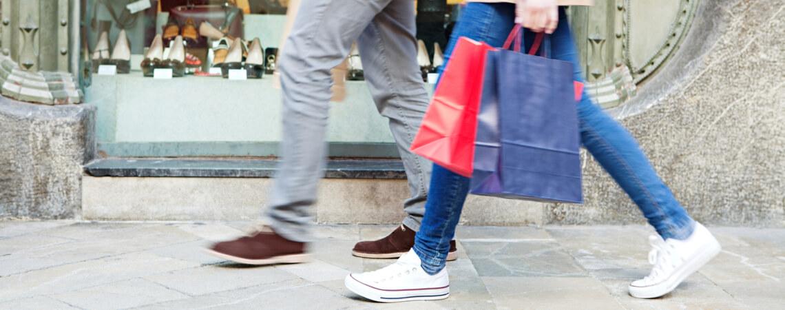 Paar beim Shopping