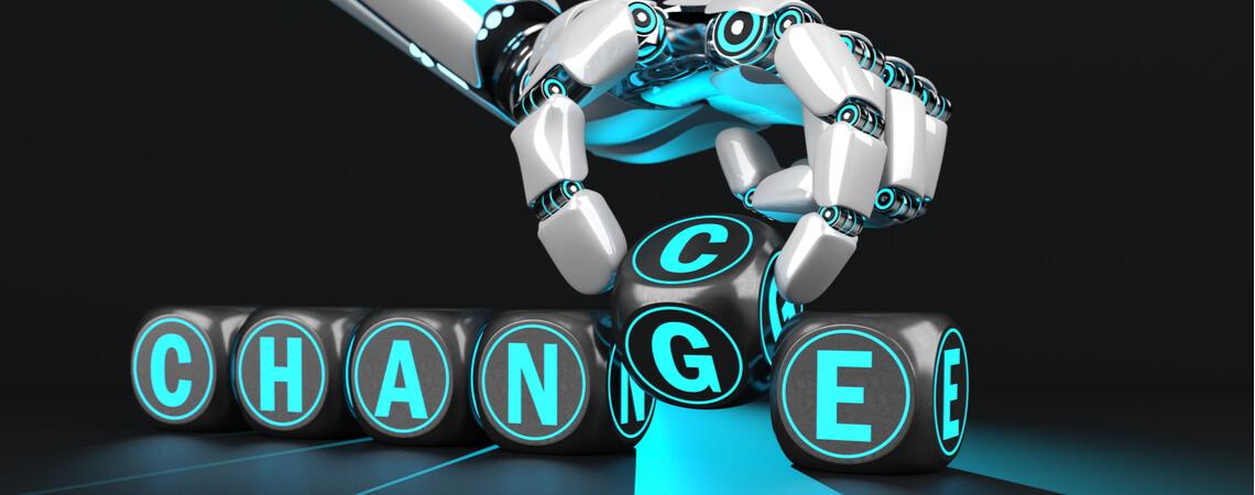 Roboterhand mit Schriftzug