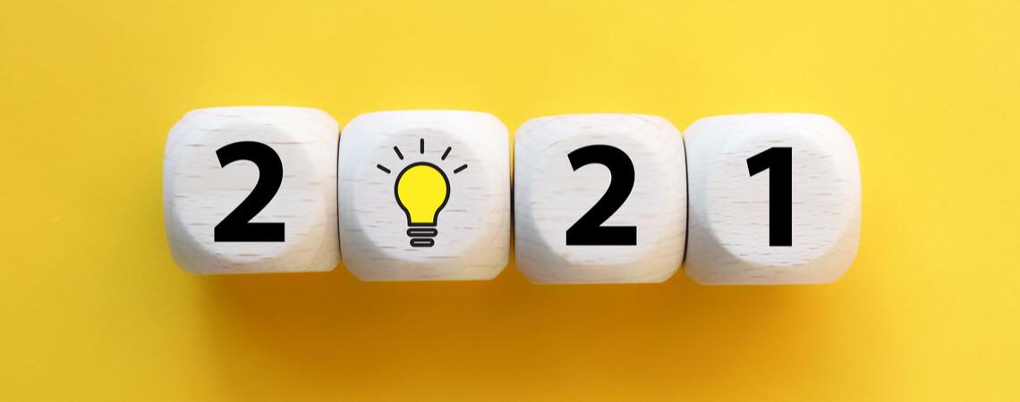 2021 mit einer Glühbirne auf gelbem Grund