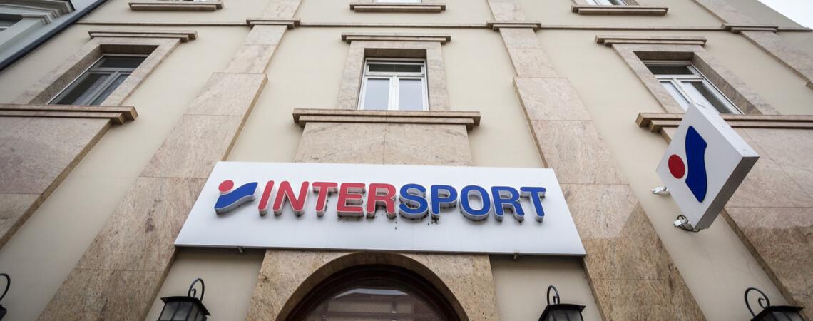 Logo von Intersport an einem Gebäude