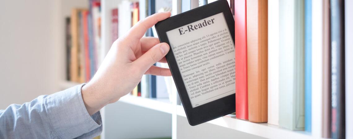 E-Book-Reader wird aus Bücherregal gezogen