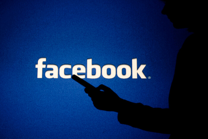 Facebook-Logo mit Schatten im Vordergrund