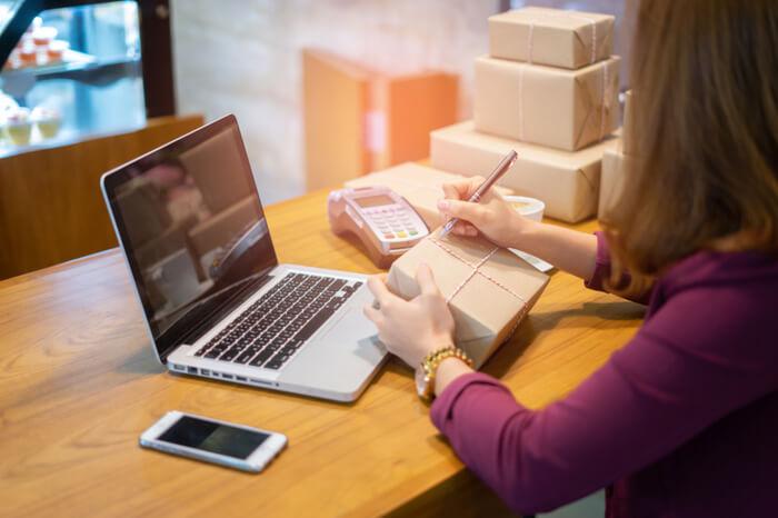 Online-Shopping, junge Firmengründer