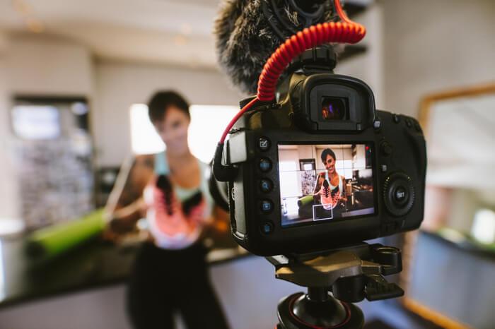 Vloggerin Influencerin präsentiert Produkt