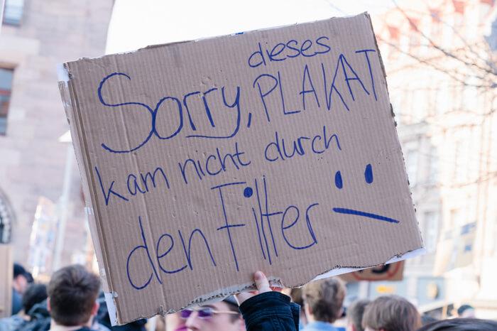 Anti-Uploadfilter-Plakat auf einer Demonstration