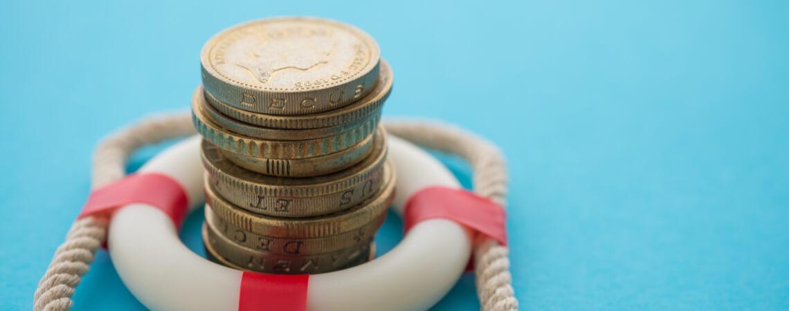 Geldmünzen in Rettungsring