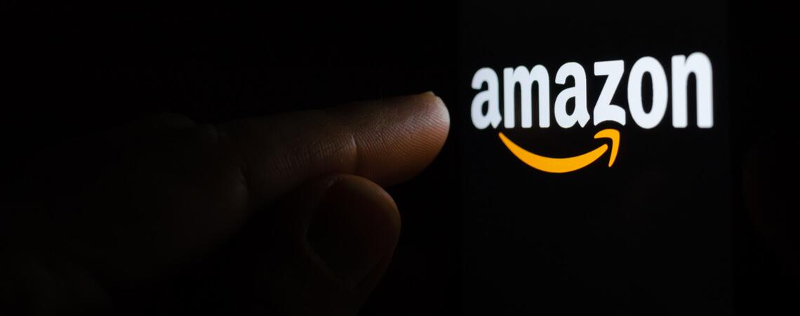 Amazon-Logo im Dunkeln