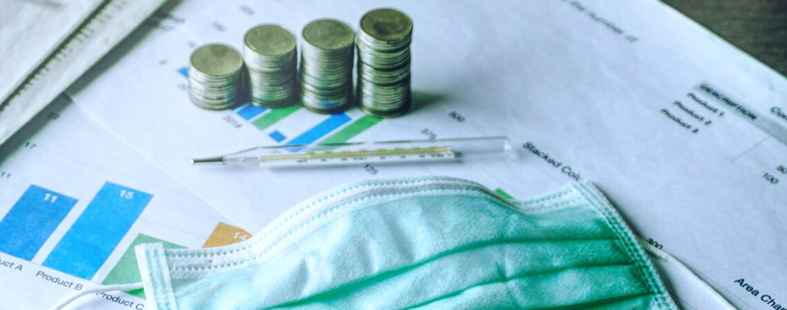 Geldmünzen, OP-Maske und Geschäftsunterlagen