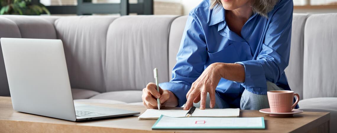 Frau schreibt Antrag mit Laptop
