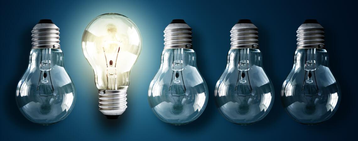 Beleuchtete Glühbirne in einer Reihe