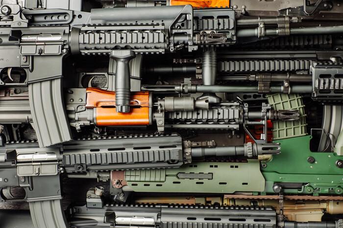 Detailaufnahme von automatischen Gewehren