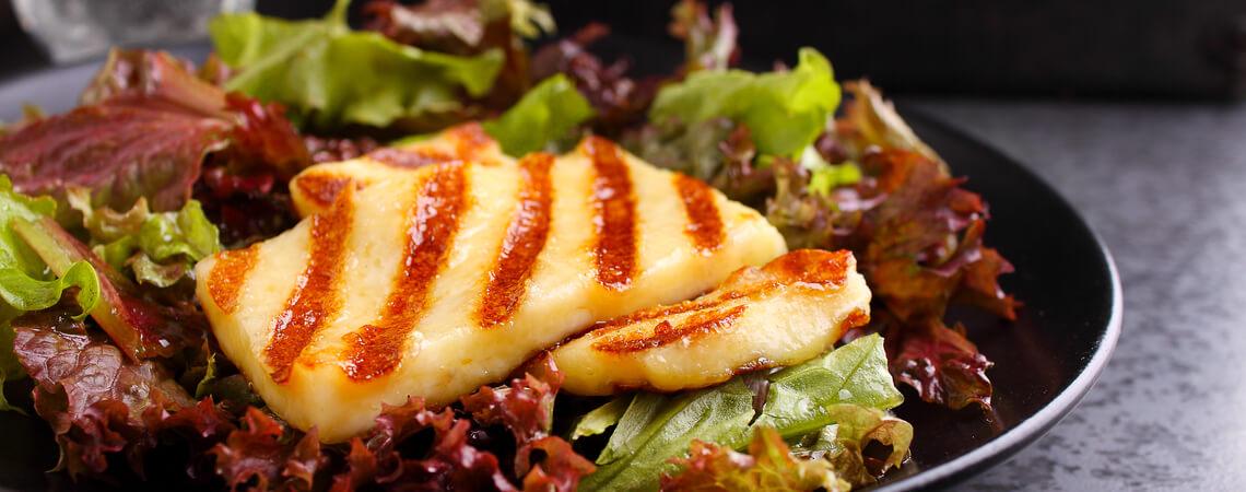 Gegrillter Halloumi auf einem Teller mit Salat