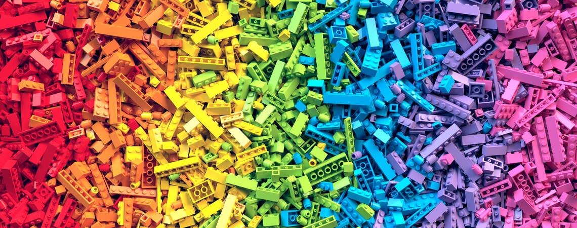Viele bunte Klemmbausteine, die wie Lego aussehen